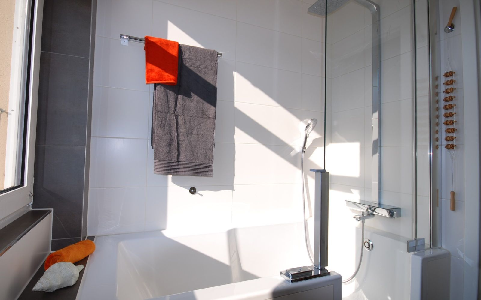 ... Lieber Wohltuendes Bad? Die Platzsparende Kombination Ermöglicht Einen  Barrierearmen Einstieg Und Bietet So Auch In Zukunft Komfort Und Sicherheit.
